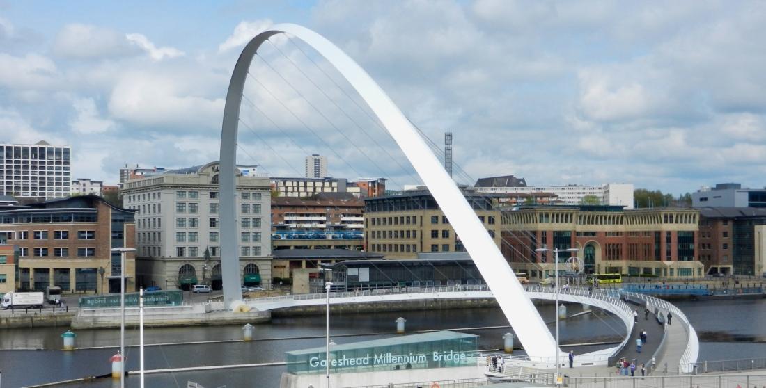 Vippbro som kan fällas upp så att båtar kan köra under.
