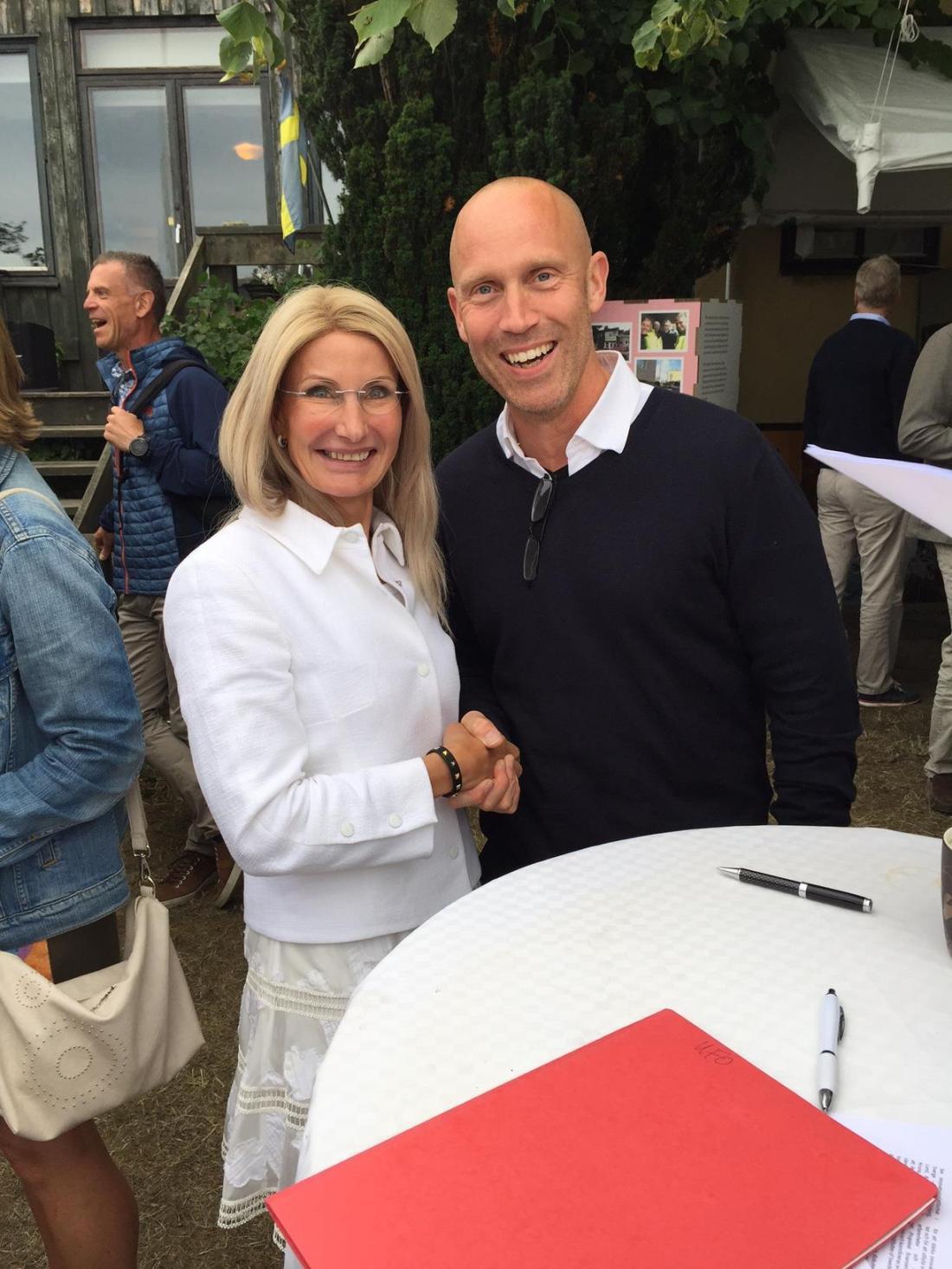 Handslag efter undertecknande av avsiktsförklaringen om samarbete mellan Pia Sandvik vd för RISE och Lars Christensen regiondirektör Region Värmland.